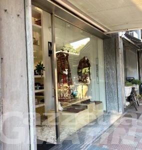Scopre furto del suo portafoglio: commerciante aggredita, la ladra in fuga dimentica lo zaino