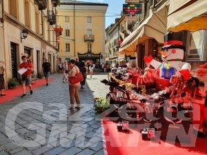 Commercio: Aosta, in via de Tillier è Natale a Ferragosto