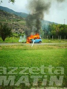 Saint-Pierre: auto va a fuoco sulla Statale 26, illeso il conducente