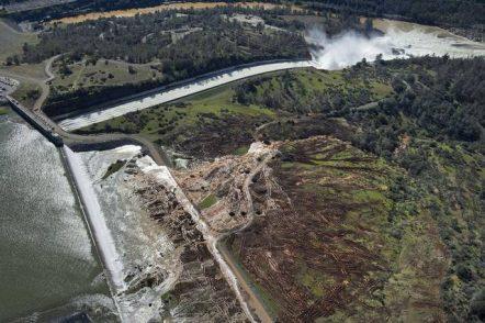 California, la diga è a rischio: 160mila persone evacuate