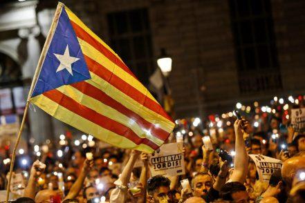 Barcellona, mezzo milione in corteo contro Madrid: ora la crisi è drammatica