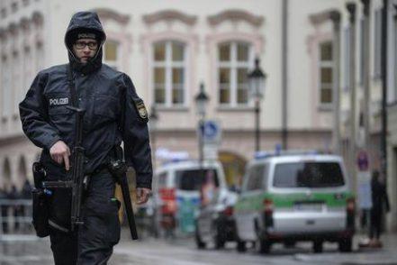 Terrore a Monaco di Baviera, uomo accoltella e ferisce 8 passanti: uno è italiano