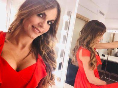 """Sara Manfuso """"bomba sexy"""" a Quarta Repubblica in nome del """"mi vesto come voglio"""" – VIDEO"""