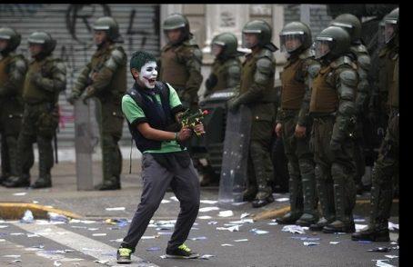 Cile, 11 morti negli scontri. Rimane in vigore il coprifuoco