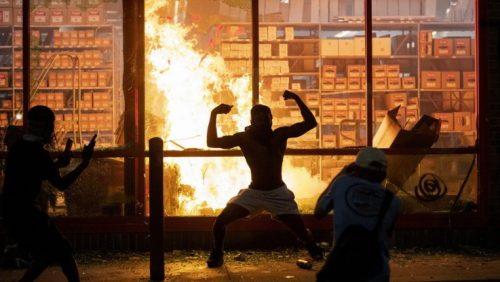 Incendi e disordini, i manifestanti bloccano Minneapolis