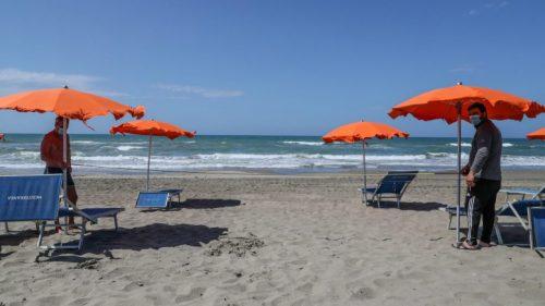 Con le nuove norme sulle distanze in spiaggia, dalla canicola si salvano solo i terrapiattisti…