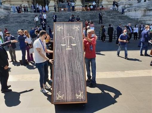 «Si è spenta la giustizia»: gli avvocati inscenano il funerale dei diritti