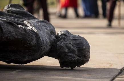 Perché distruggiamo le statue?
