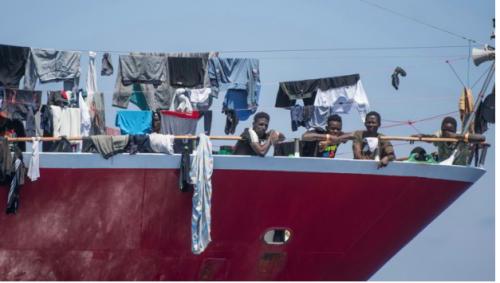 Sbarco in Calabria, il sindaco di Roccella: «Un dovere accoglierli». Ma ad Amantea scoppia la protesta
