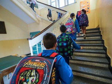 Inizia la scuola, senza prof e con pochi banchi…