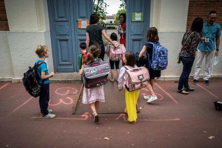 Genitori in protesta davanti alla scuola del figlio di Conte: classi in aula un solo giorno a settimana